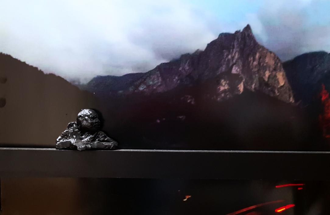 Tonskulptur Berge-Auto-Dingens
